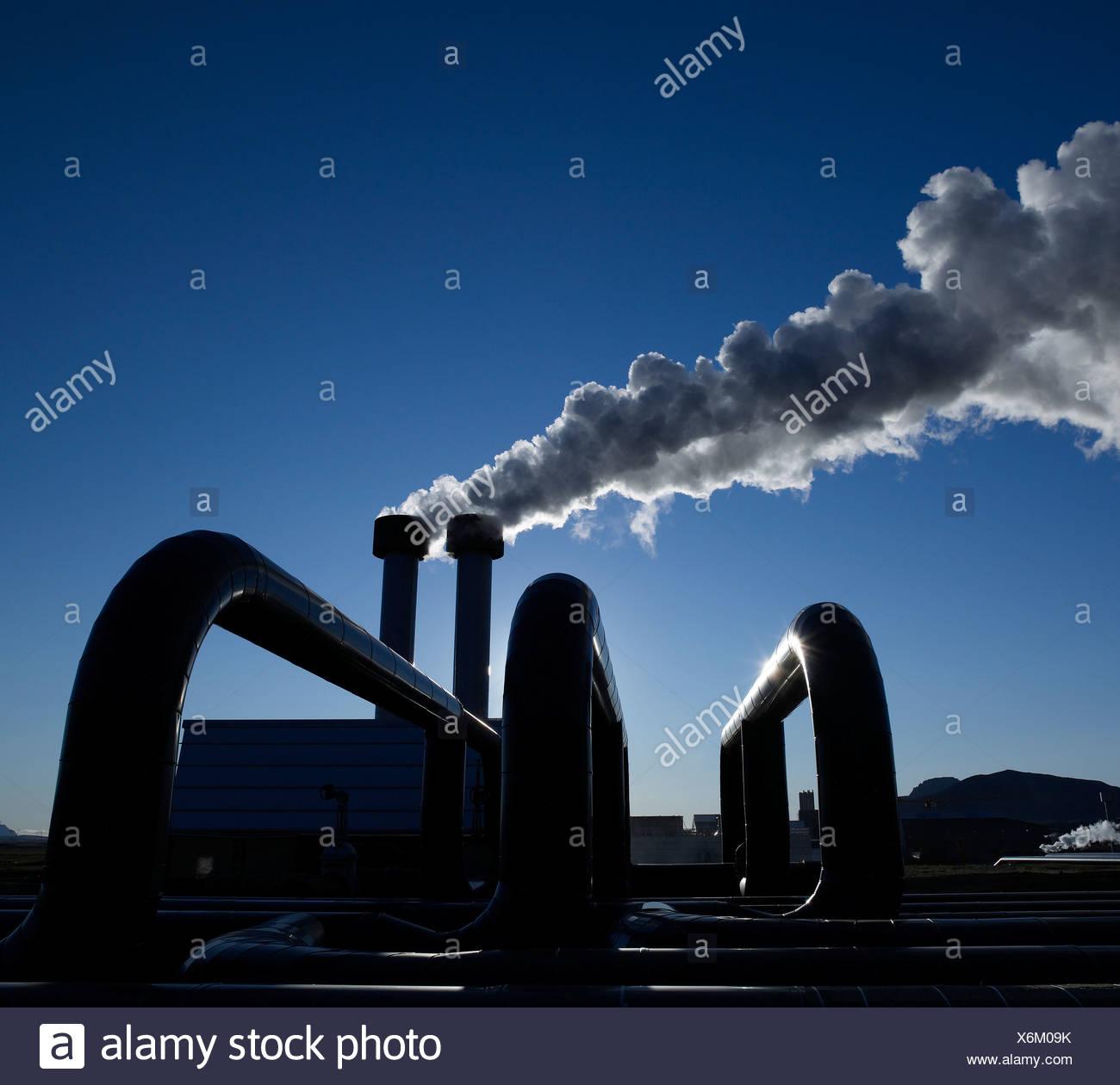 Geothermische Rohre mit Dampf bei Hellisheidi Geothermie-Kraftwerk Stockbild