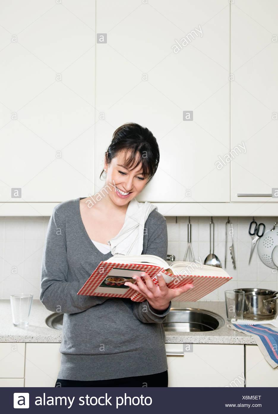 Frau mit Kochbuch Stockbild