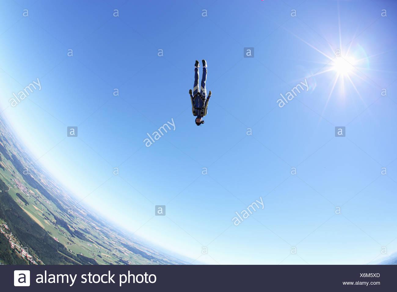 Weibliche Fallschirmspringer frei fallenden Kopf zuerst über Leutkirch, Bayern, Deutschland Stockbild