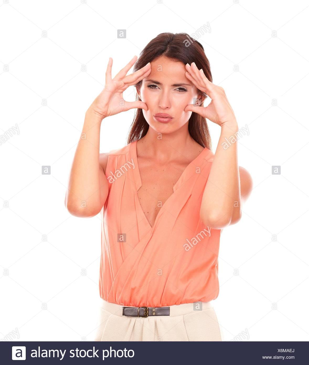 Ziemlich Hispanic Frau mit der Hand auf den Kopf und deutete Migräne Kopfschmerzen, während Sie leiden Sie unter Schmerzen in den weißen Hintergrund. Stockbild