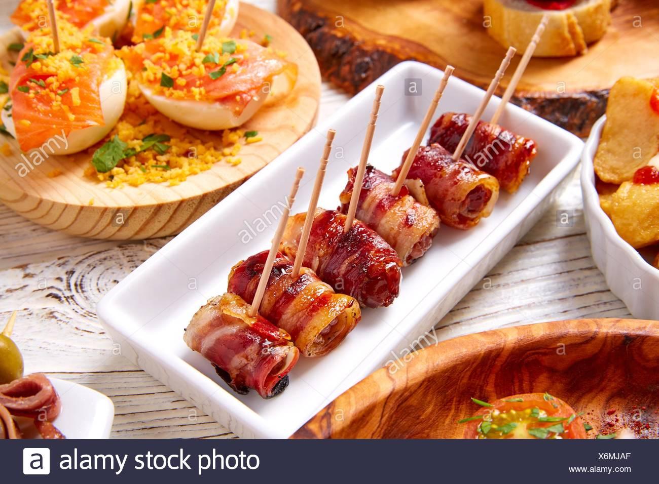 Tapas und Pinchos Lebensmittel aus Spanien Rezepte auch Pintxos auf weißem Holz. Stockbild