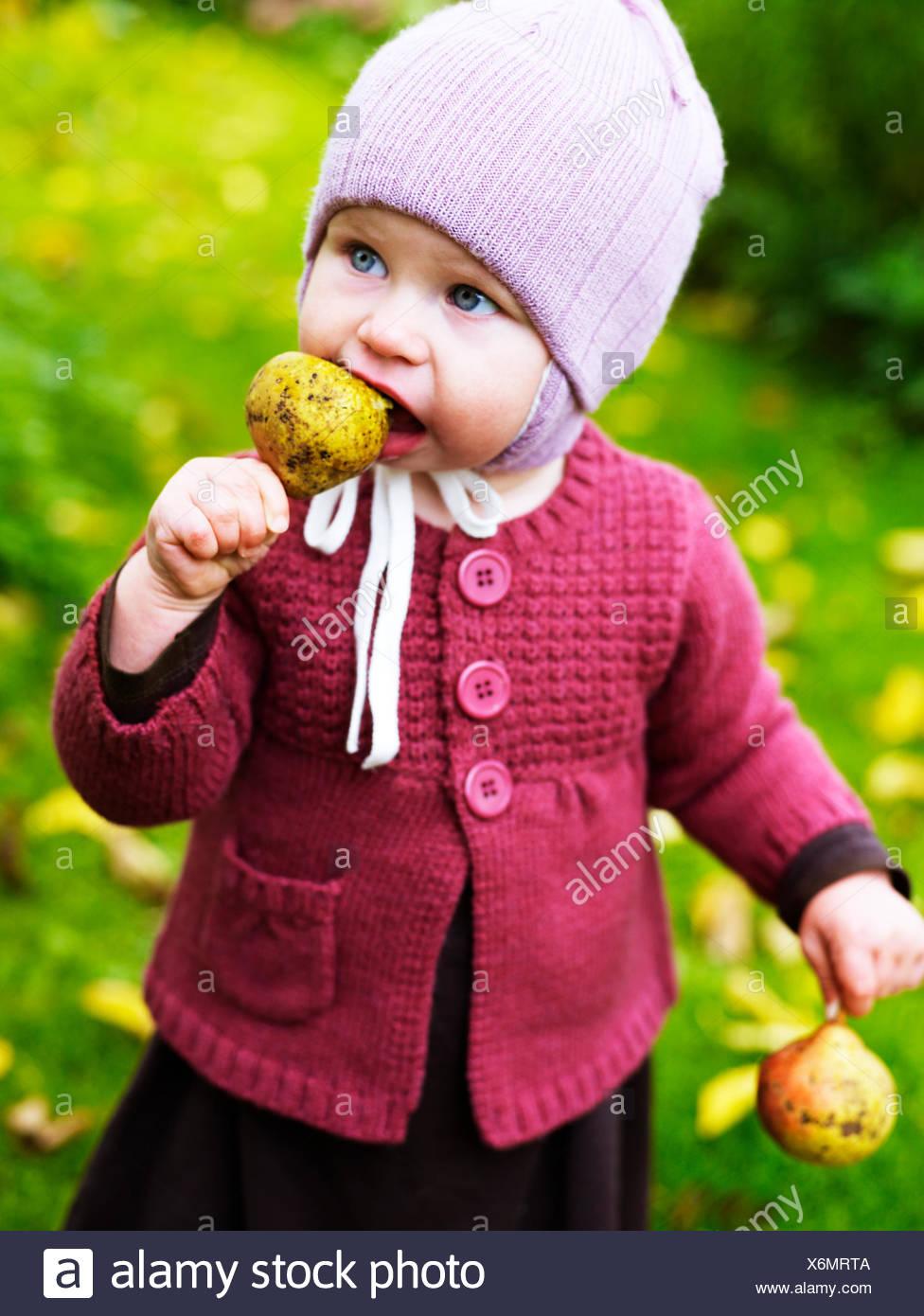 Ein kleines Mädchen im Herbst Blätter, Schweden. Stockbild