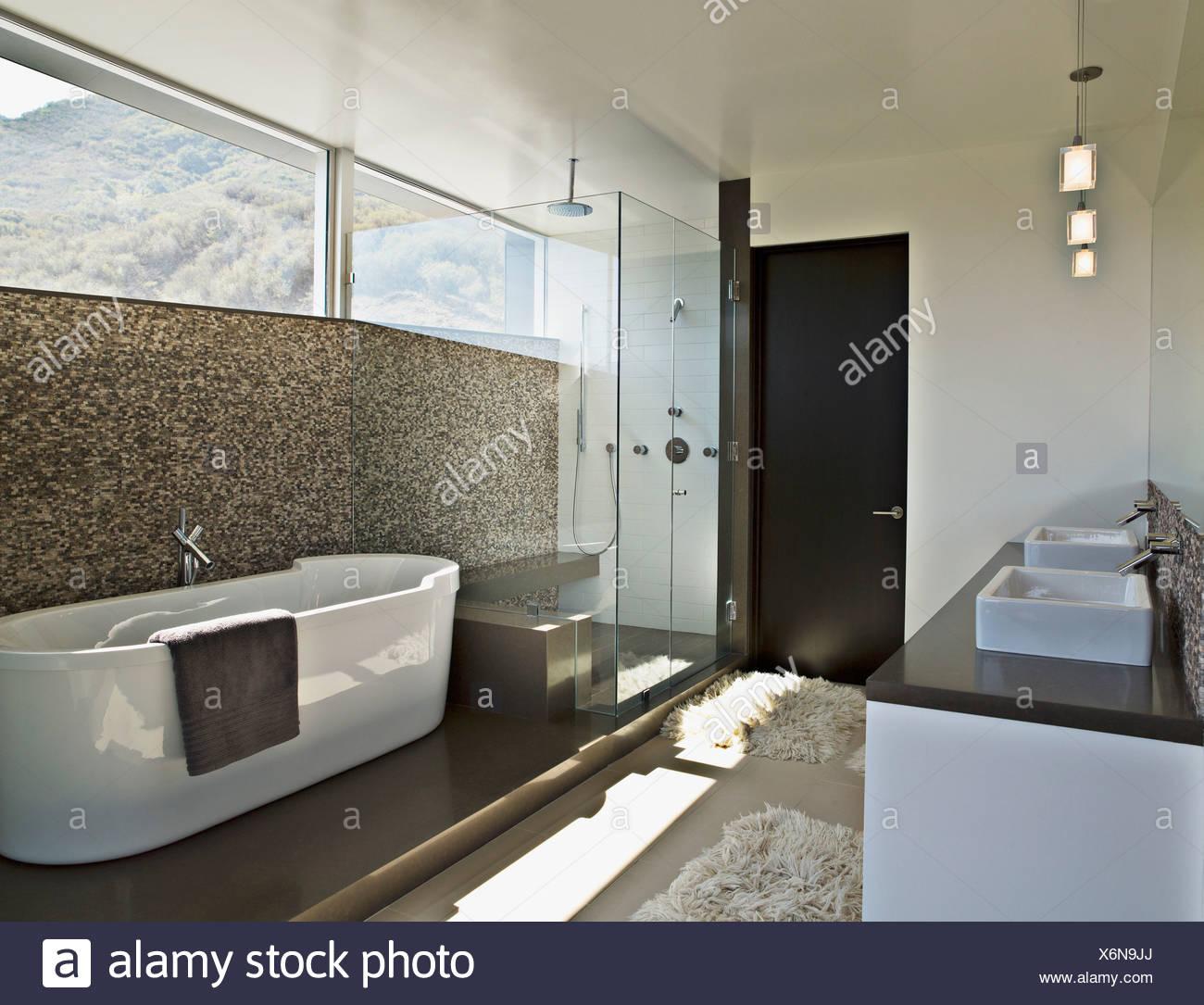 Modernes Bad mit Badewanne Stockfoto, Bild: 279522394 - Alamy