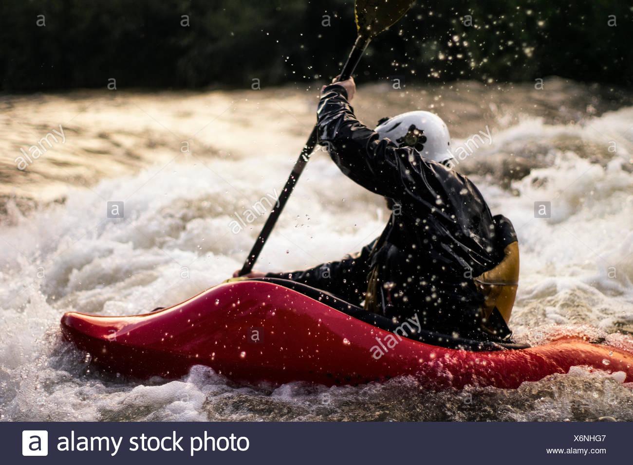 USA, Colorado, Clear Creek, Nahaufnahme Schuss des Mannes im Wildwasser Kajak Stockbild