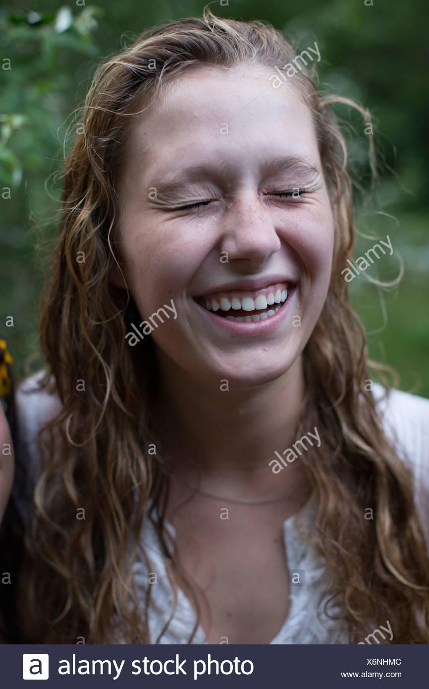 Frau mit geschlossenen Augen lachen Stockbild