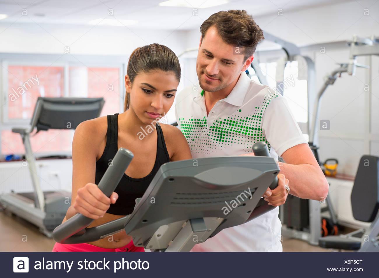 Lehrer unterrichten eine Frau in der Spinnerei Klasse am gym Stockbild