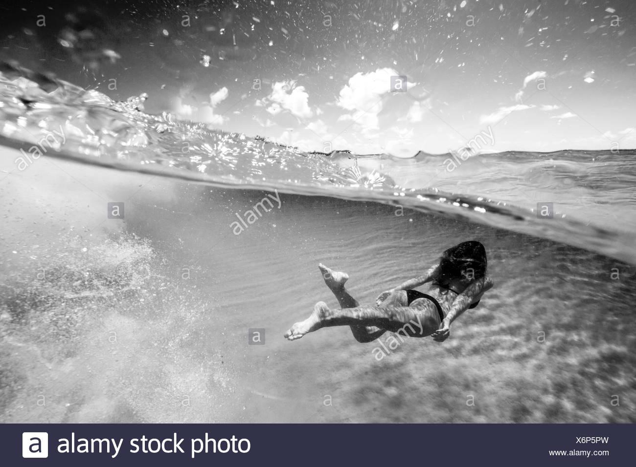 Frau, Schwimmen unter Wasser Stockbild