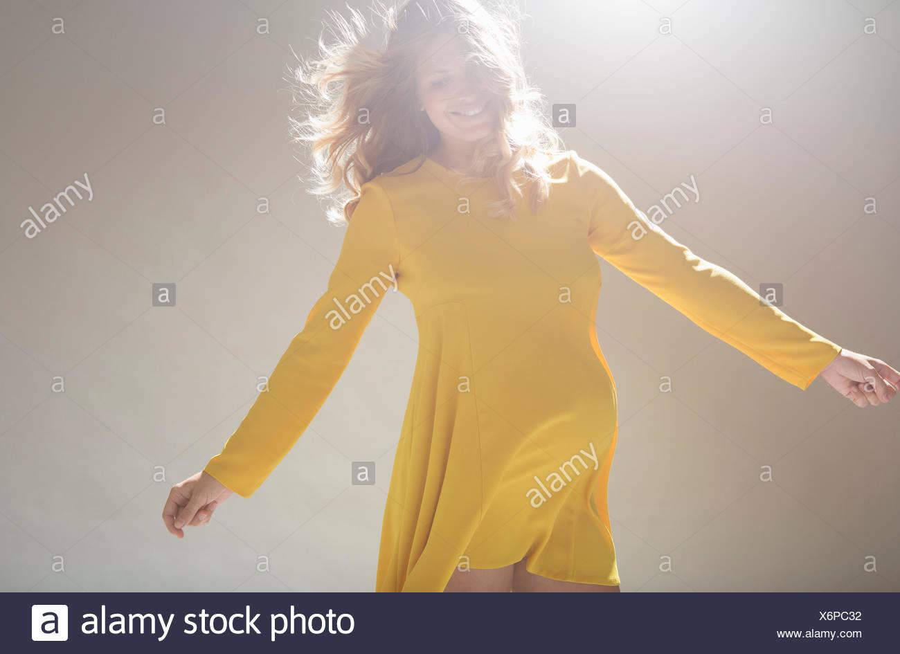 Studioportrait von schwangeren jungen Frau wirbelnd herum Stockbild