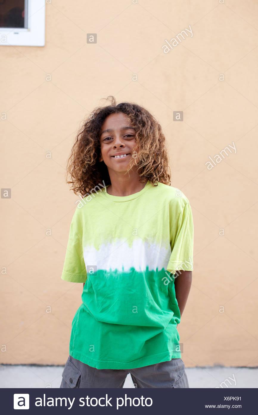 Porträt eines jungen Krawatte T-shirt färben Stockbild