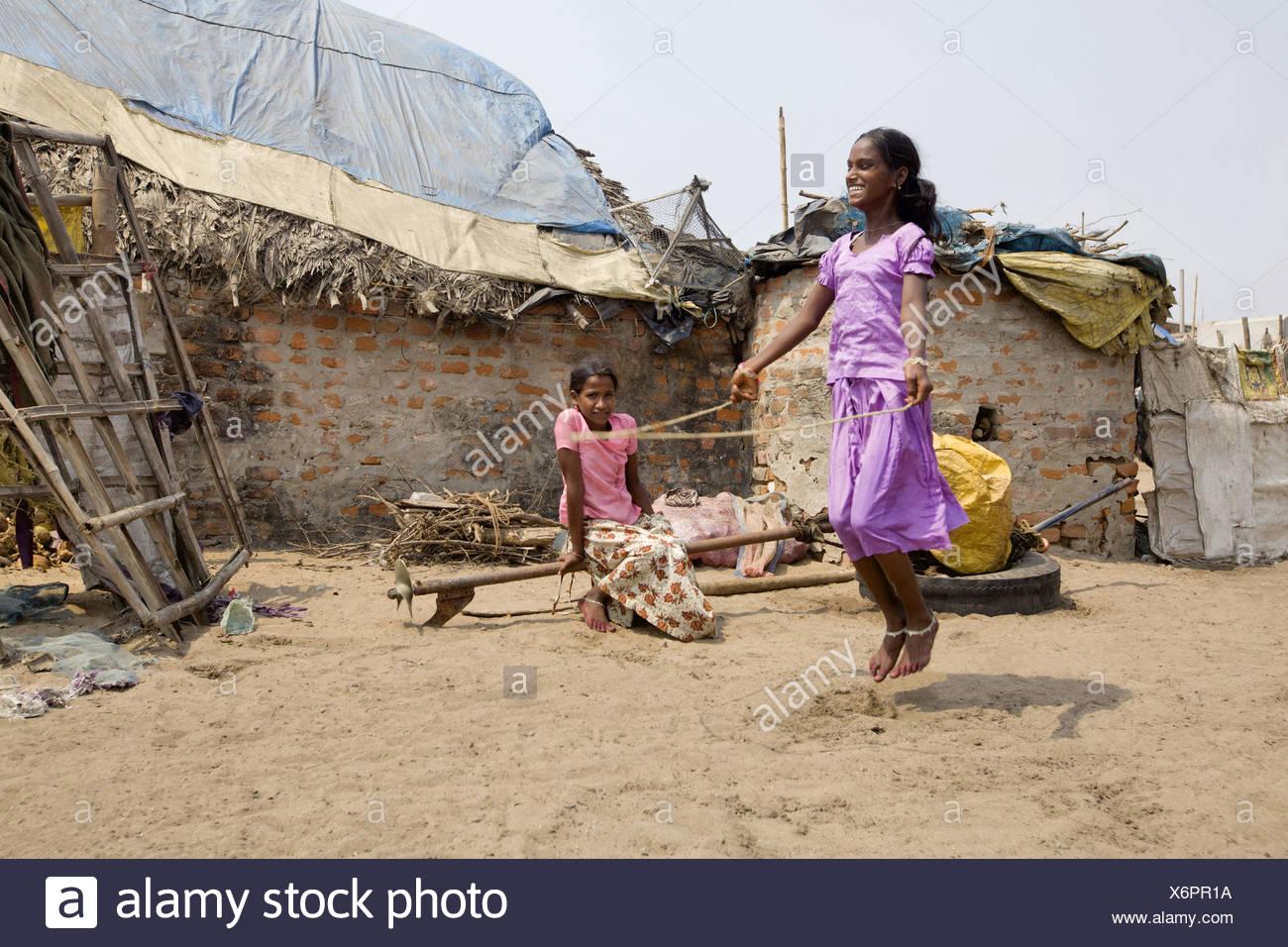 Tribal Mädchen spielen, Springseil, Orissa, Indien Stockbild