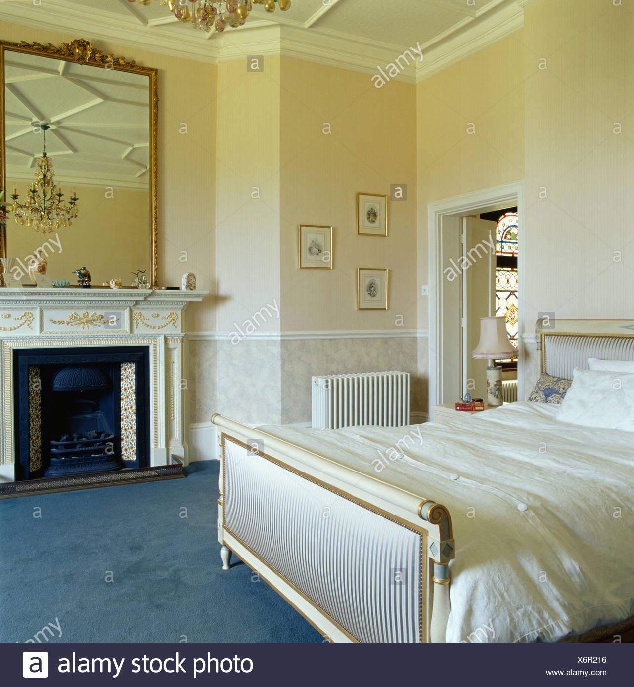 Große antike vergoldete Spiegel über dem Kamin im Schlafzimmer Creme ...