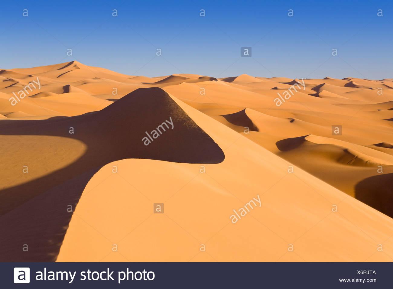 Sanddünen in der libyschen Wüste, Sahara, Libyen, Nordafrika, Afrika Stockbild