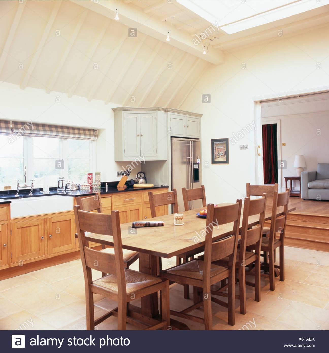 Holztisch und Stühle im traditionellen Creme Küche Erweiterung ...