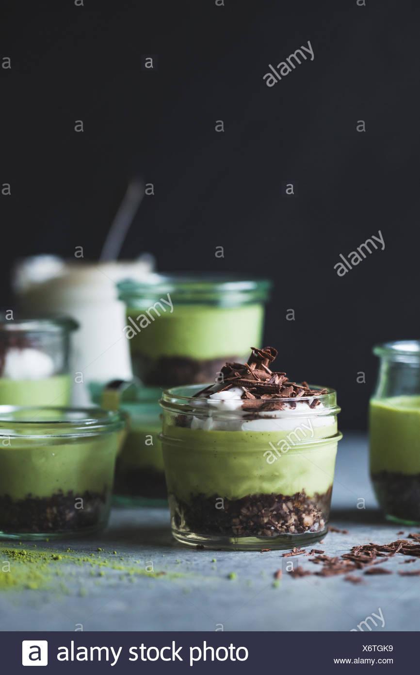 keine-Bake Matcha Minze Heuschrecke Kuchen in Gläsern Stockbild