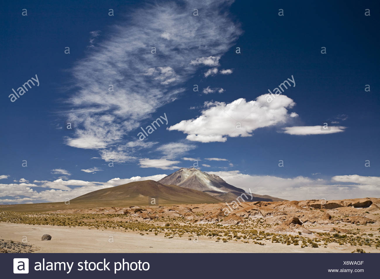 Der aktive Vulkan Ollague, Altiplano, Bolivien, Südamerika Stockbild