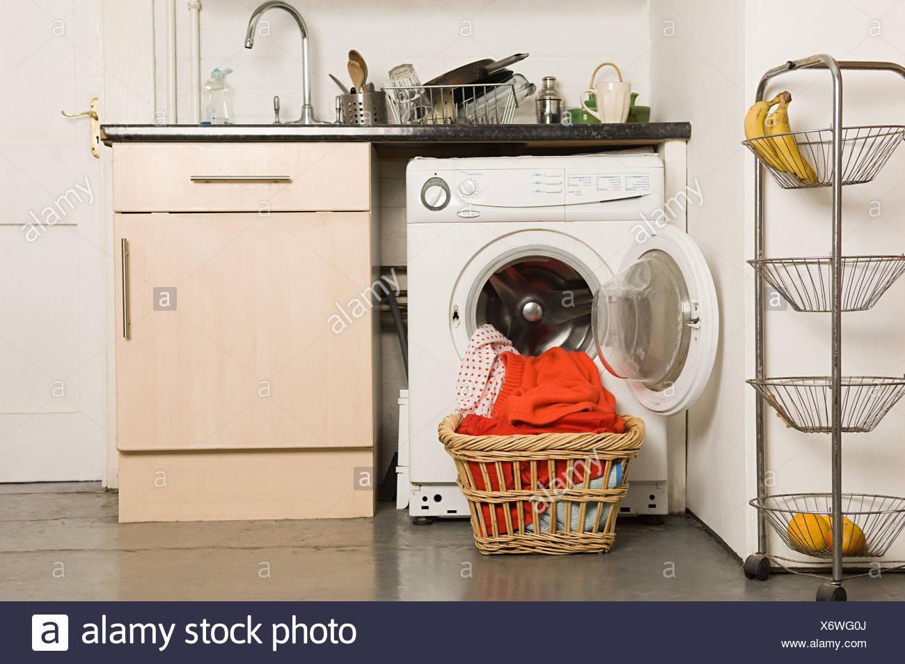 Waschmaschine in der Küche Stockfoto, Bild: 279615186 - Alamy