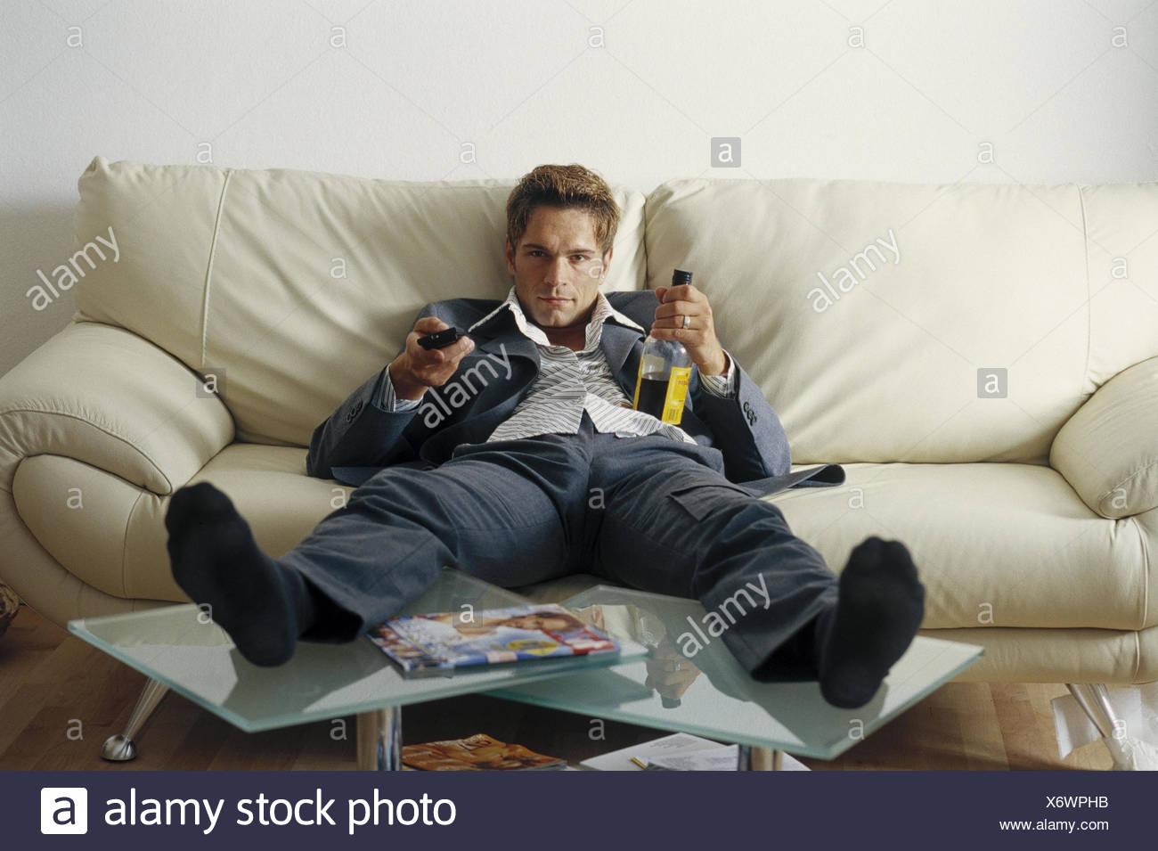 Mann Sitzen Junge Sofa Fernsehen Schnaps Flasche Einsam