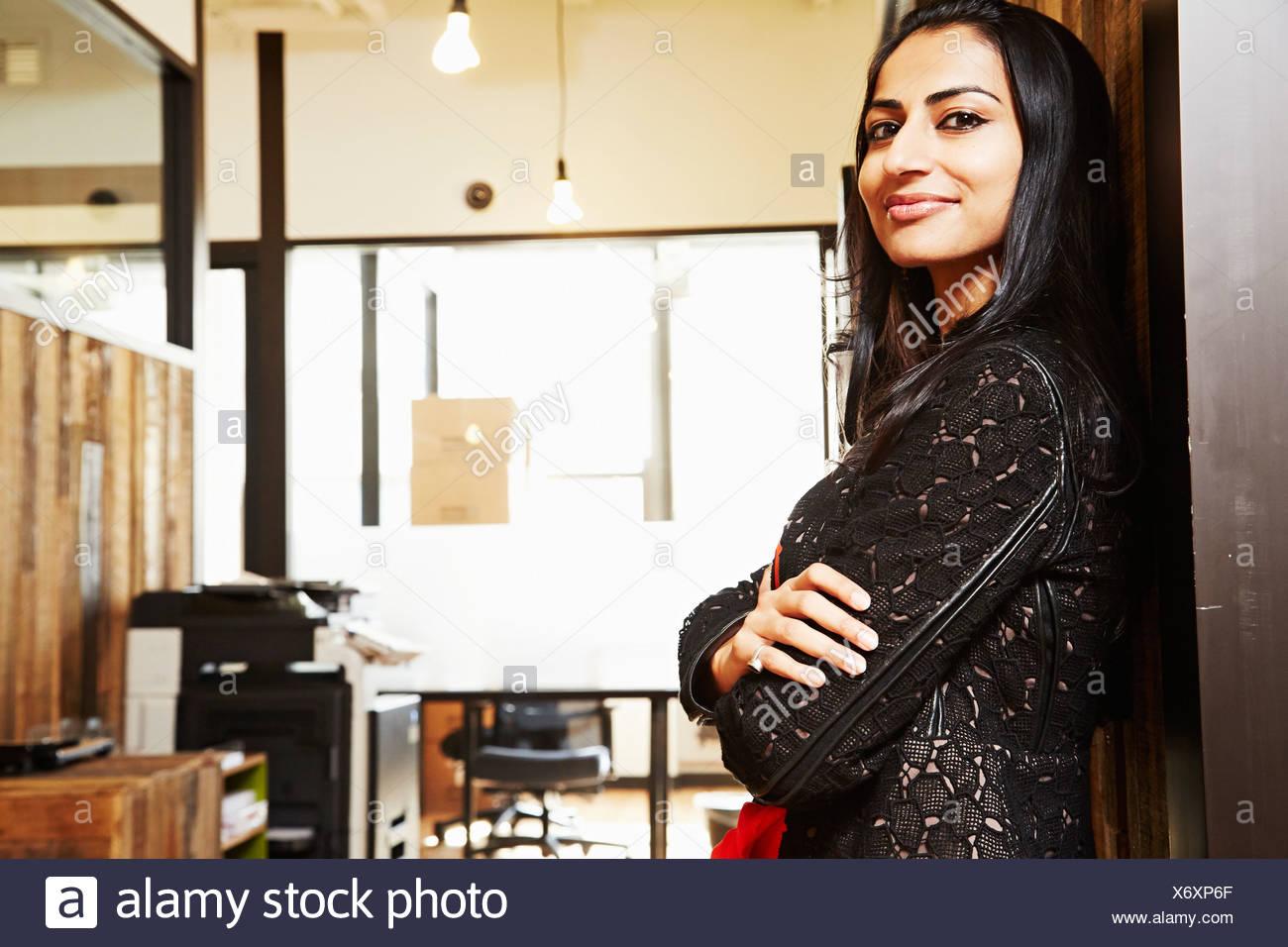 Porträt Frau mit verschränkten Armen Stockbild