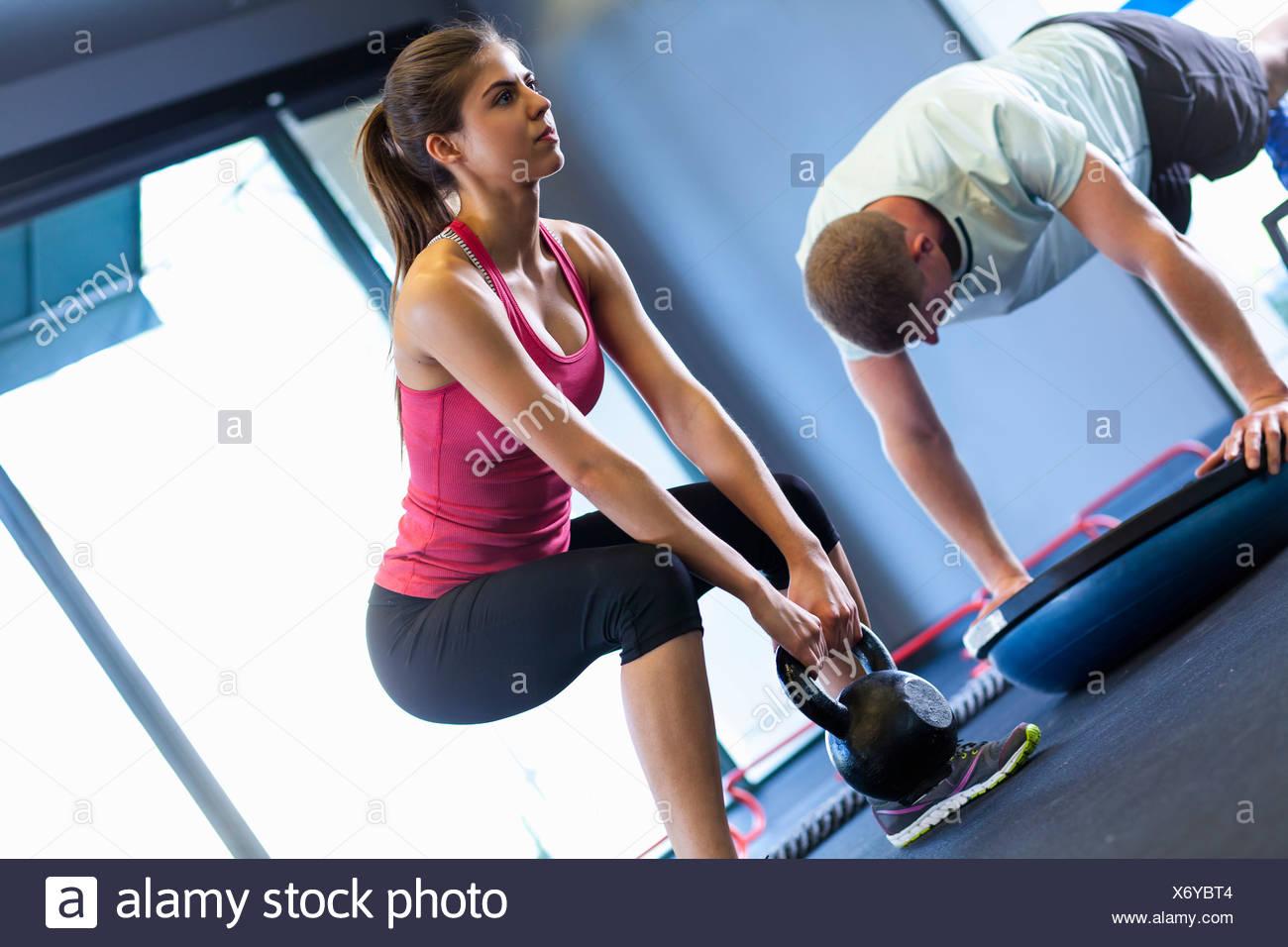 Paar, trainieren Sie im Fitness-Studio Stockbild