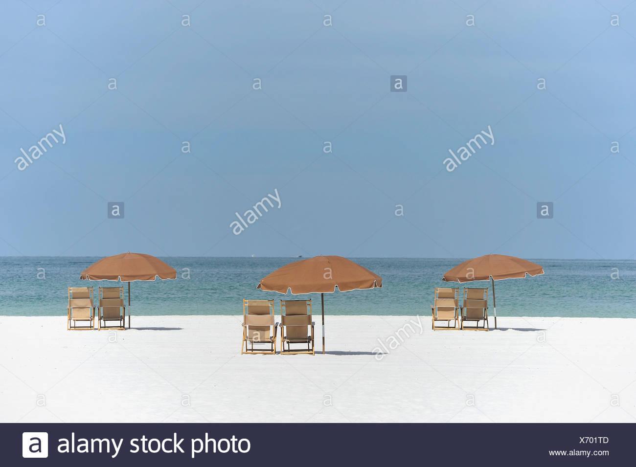 Strand, Stühle, Sonnenschirme, weiß, Sand, Strand, Golf, Meer, Clearwater Beach, Florida, USA, Mexiko, Amerika, USA Stockbild