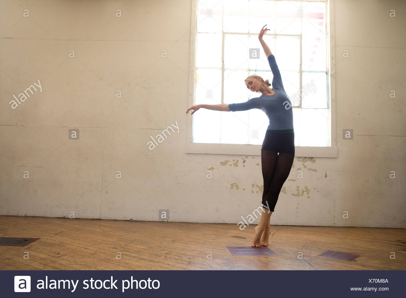 Weibliche Ballett-Tänzerin im studio Stockbild