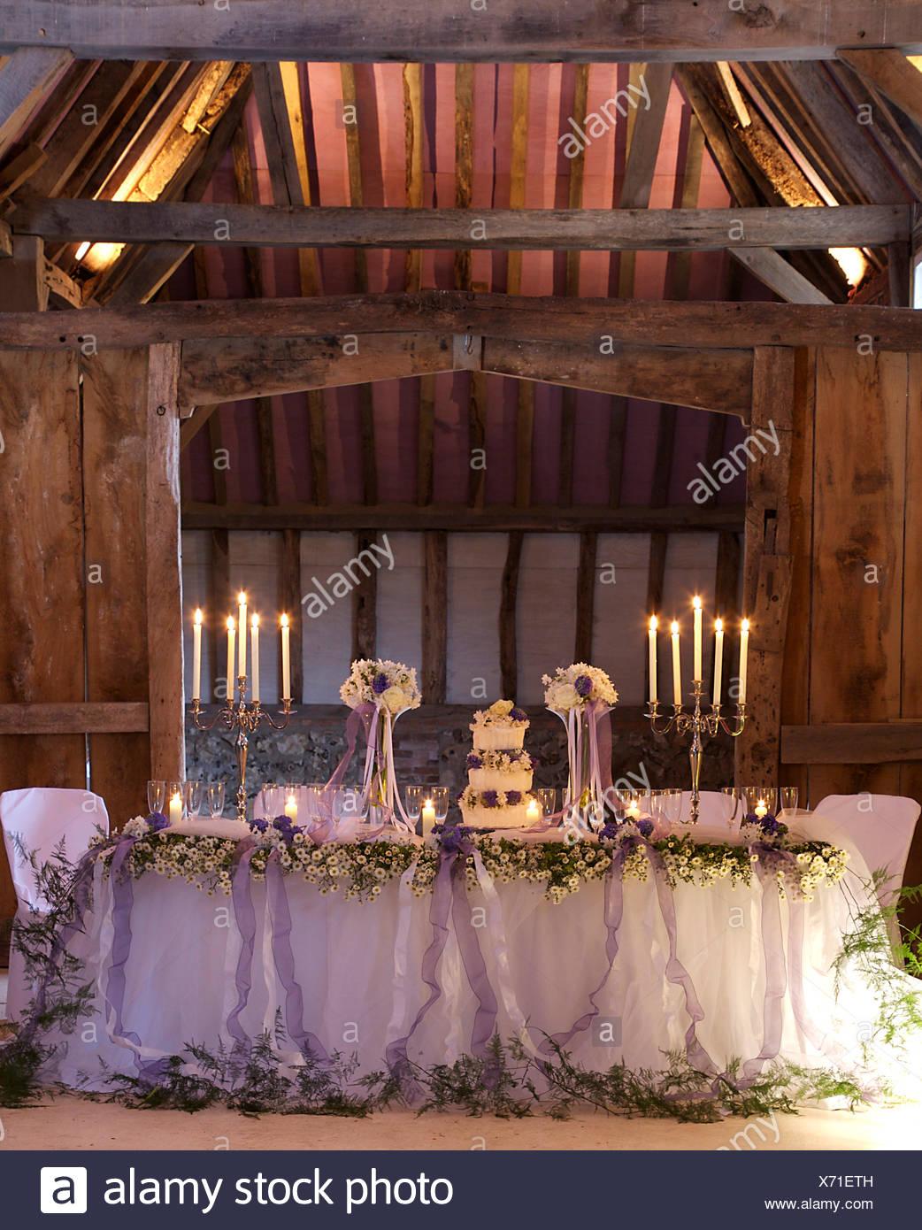 Kerzenleuchter Und Eine Dreistufige Kuchen Am Tisch Mit Inmitten