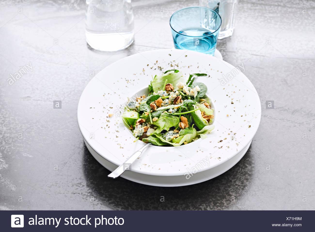 Eine horizontale Aufnahme von grüner Salat mit Spinat und Blauschimmelkäse Stockbild