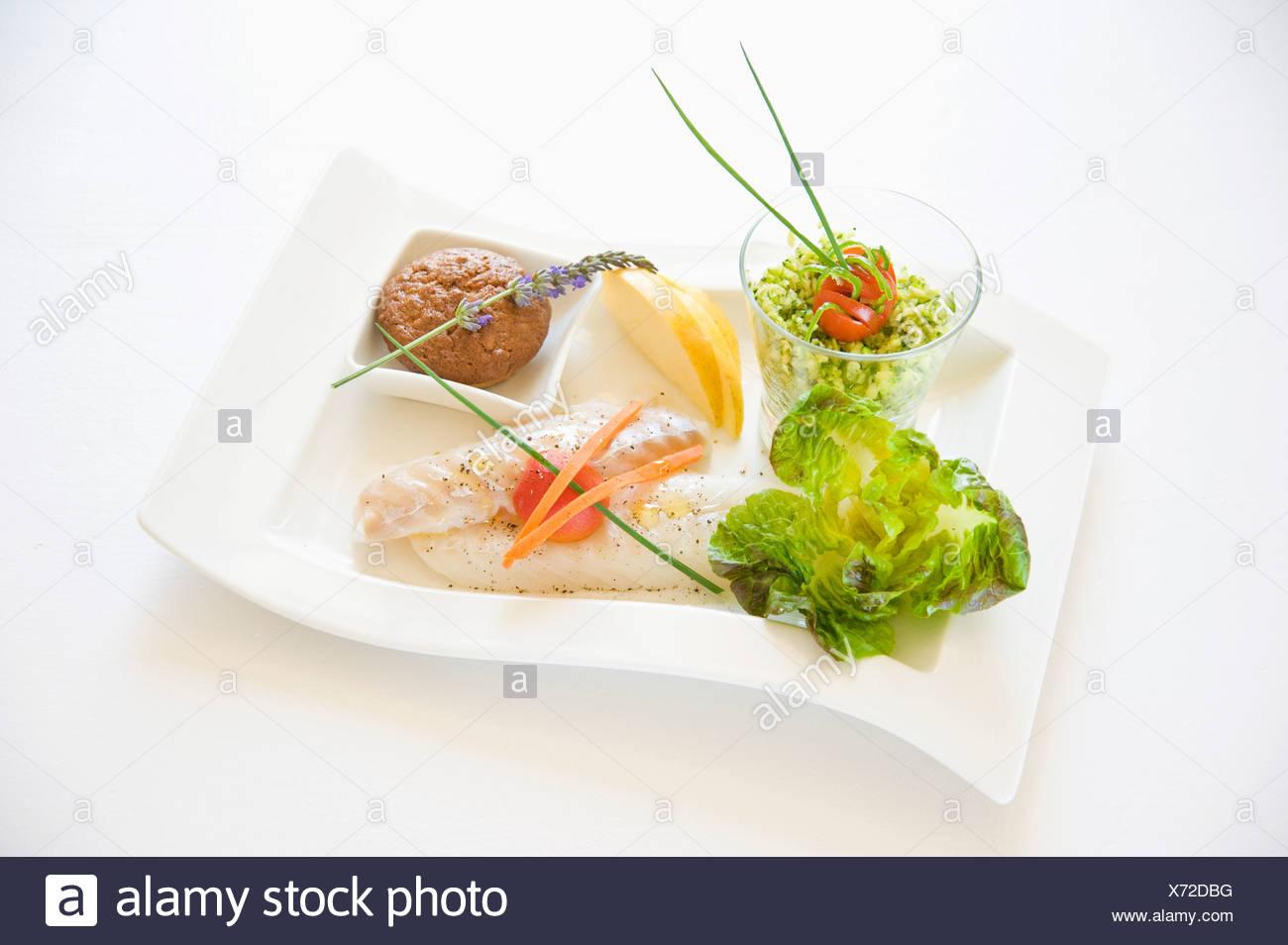 Dampf gekocht Seehecht mit Grieß und Kräutern Stockbild