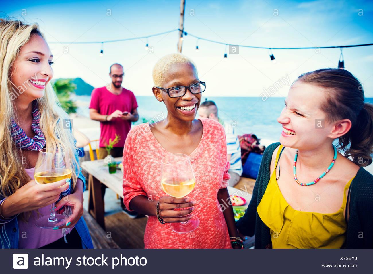 Unterschiedliche ethnische Freundschaft Party Freizeit Glück Konzept Stockbild