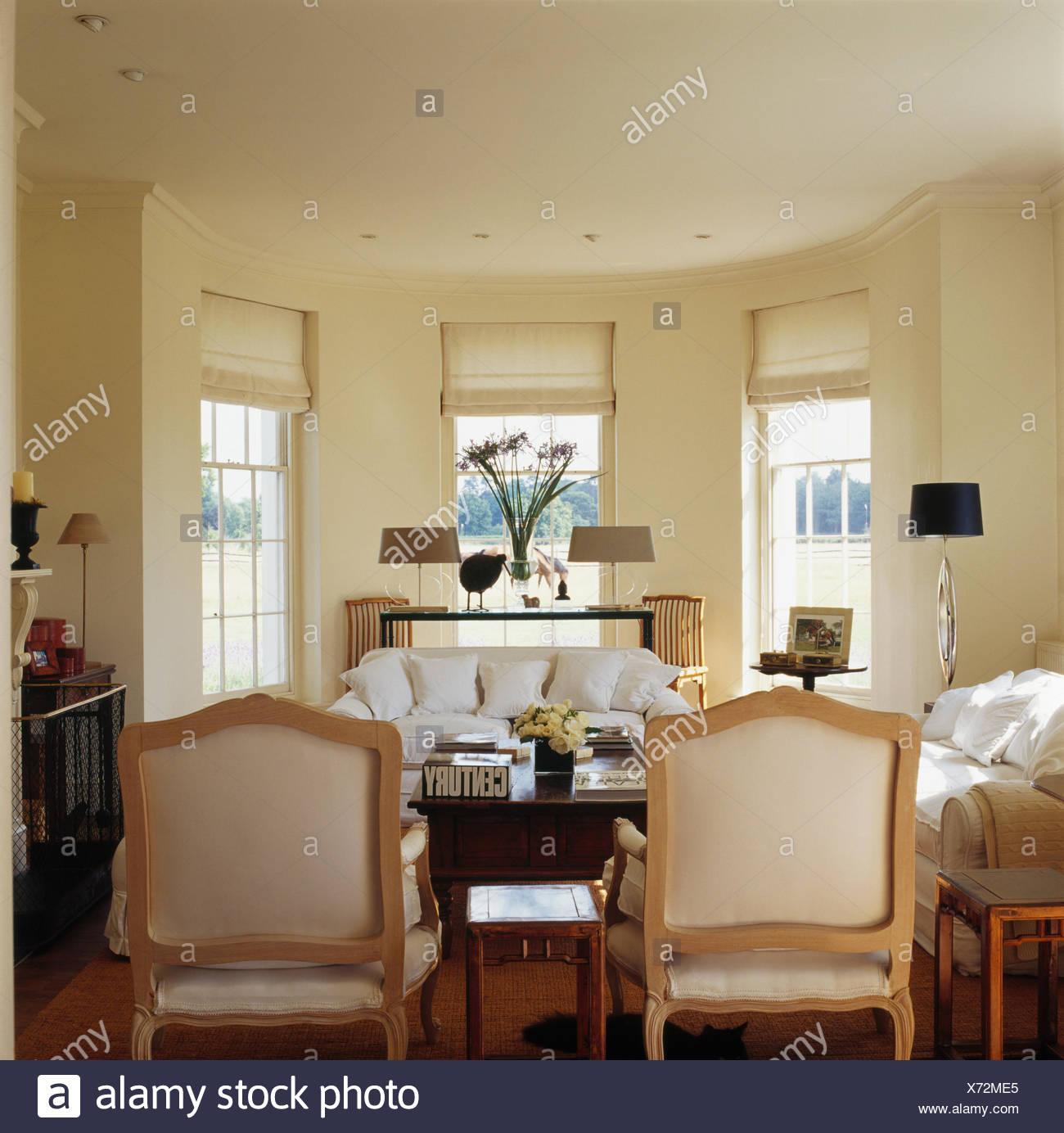 Creme Stuhle Und Weisse Sofas Im Wohnzimmer Creme Land Mit Weissem