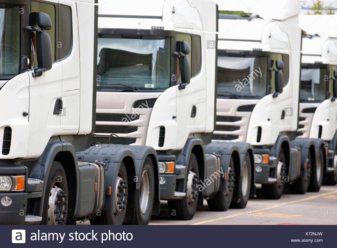 Fracht Transport LKW hintereinander geparkt Stockbild