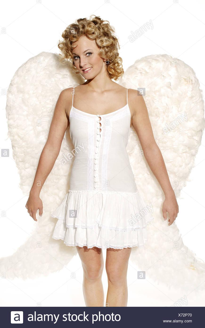 a477eabf9fa966 Frau junge blonde Engelsflügel fröhlich lächelnd Kleid Weihnachten Menschen  Weihnachten-Engel Engel Engel-Outfit outfit