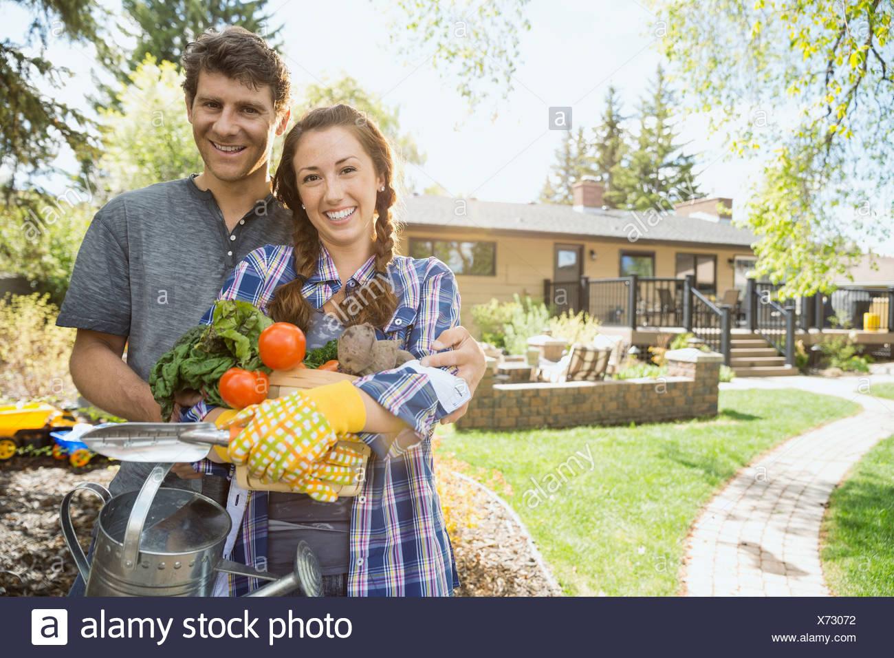 Paar mit erntefrischem Gemüse Stockbild