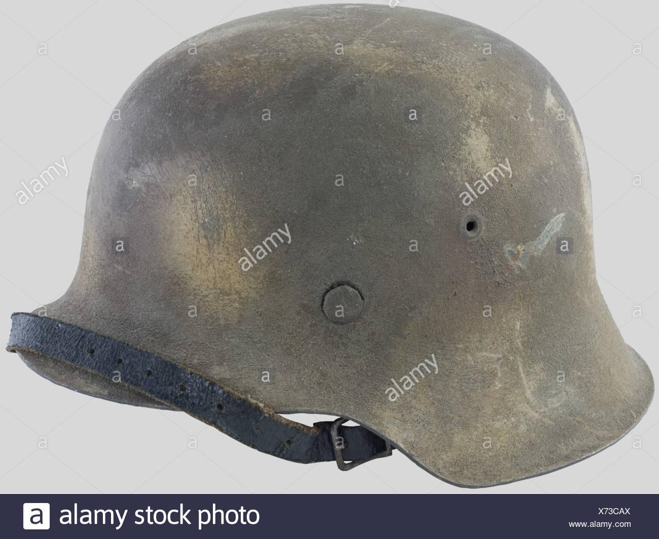 Wehrmacht, Casque modèle 42, camouflé deux Tonnen avec Sable projeté. Complet avec son Intérieur et sa jugulaire.,, Additional-Rights-Spiel-NA Stockbild