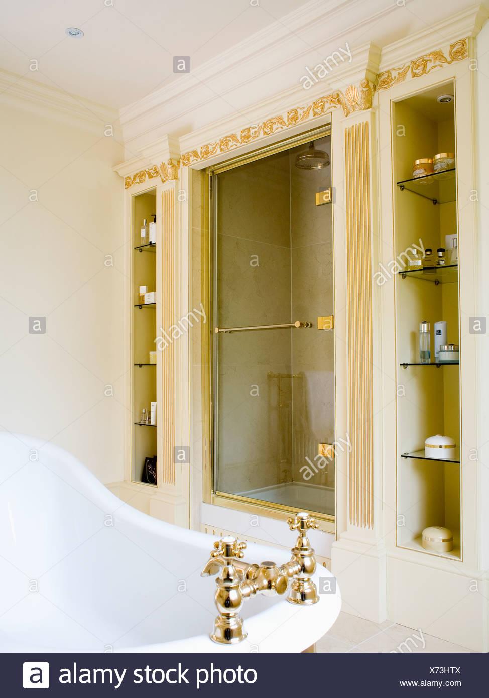 Schmale Nische auf beiden Seiten der eingelassene Dusche im ...