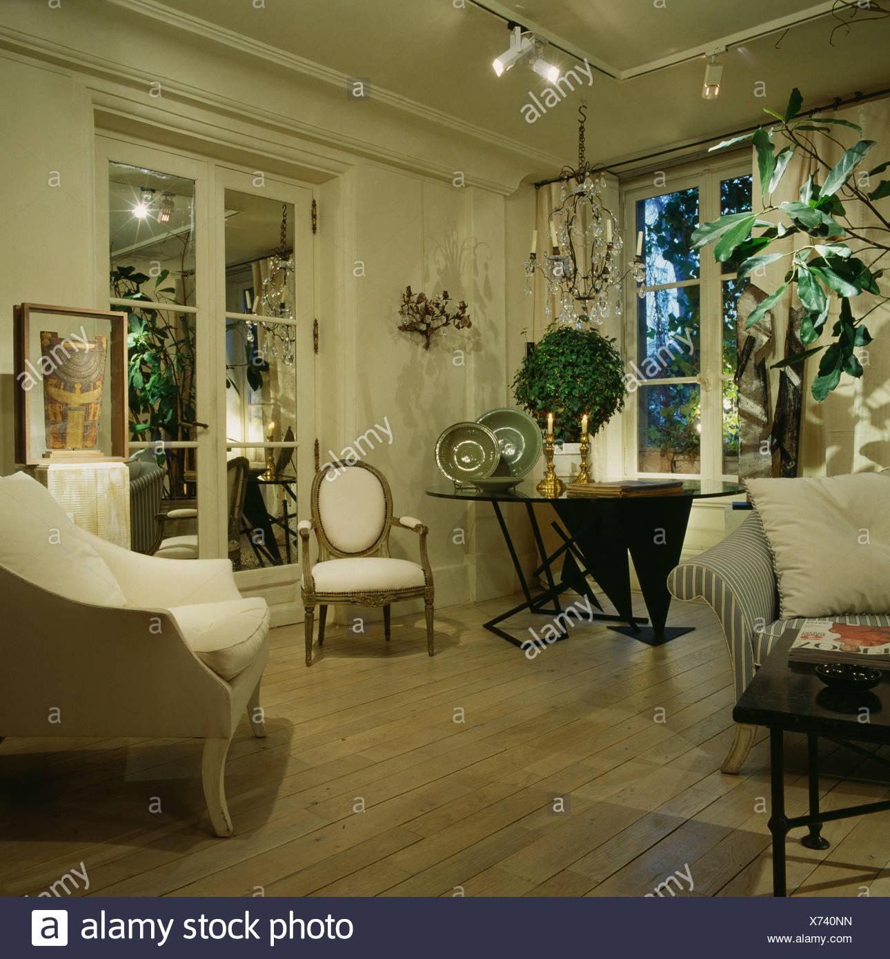 Weiße Möbel im modernen Wohnzimmer mit Holzboden Stockfoto ...