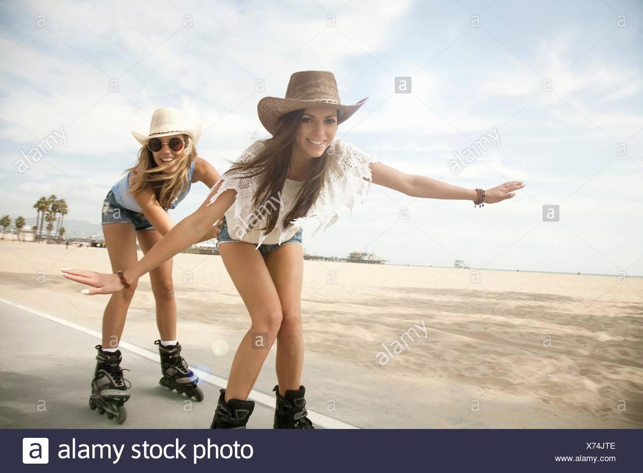 Porträt zweier junger Frauen, Inline-skating Stockbild