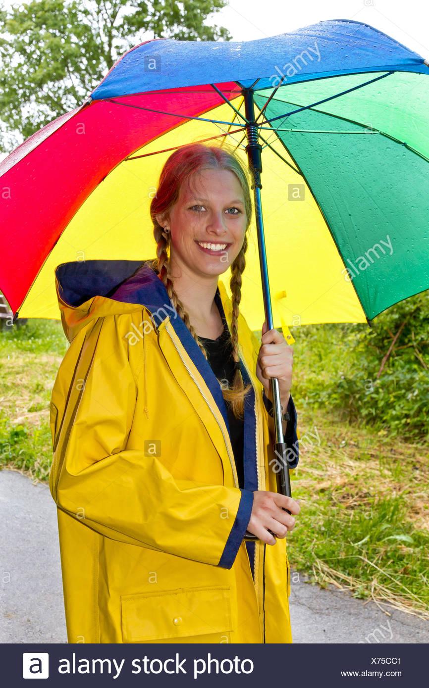Frau Regenschirm Regenmantel Regenmantel Gelb Wetter Regen