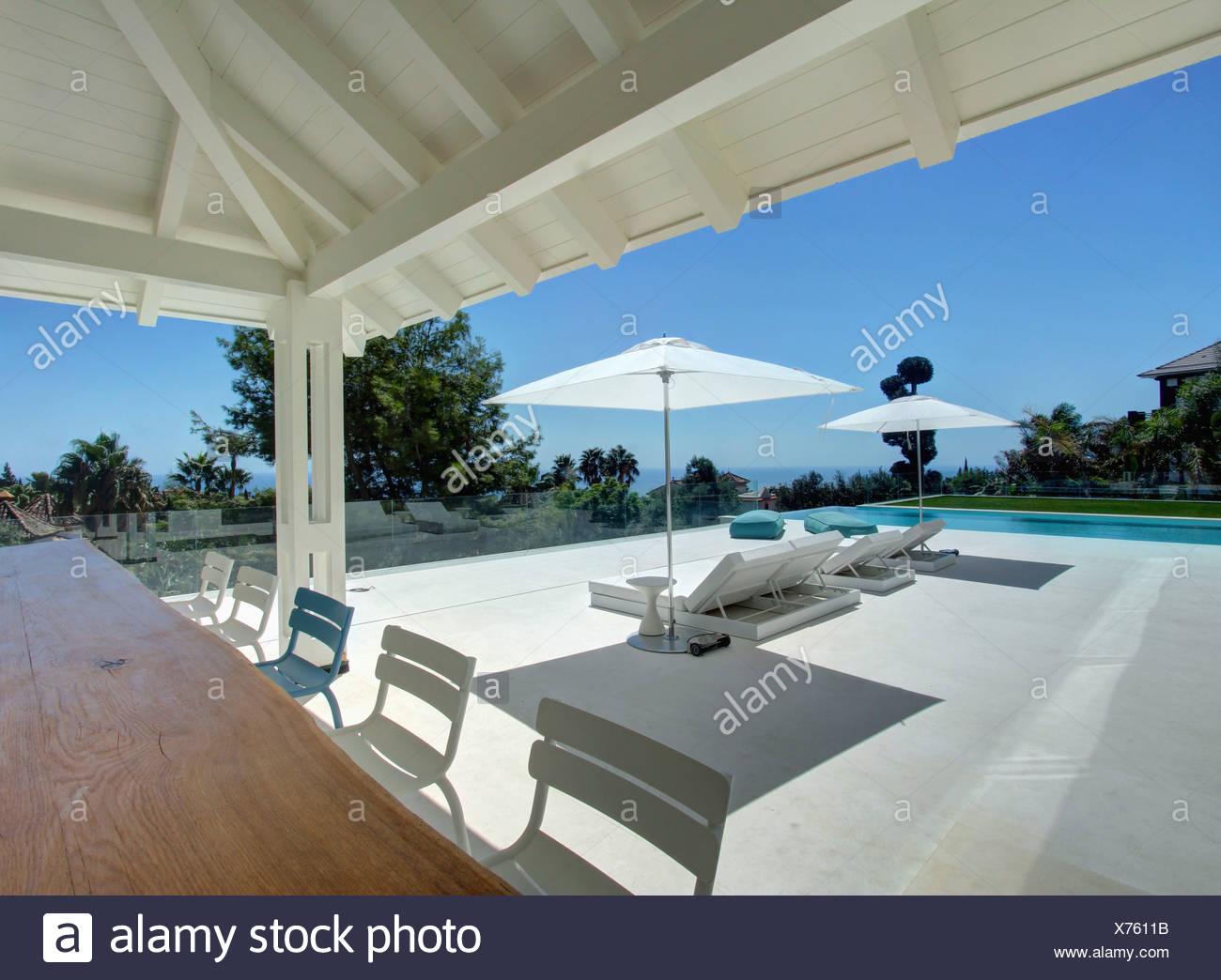 Weiße Stühle Und Einfache Holz Auf Veranda Große Moderne Spanische
