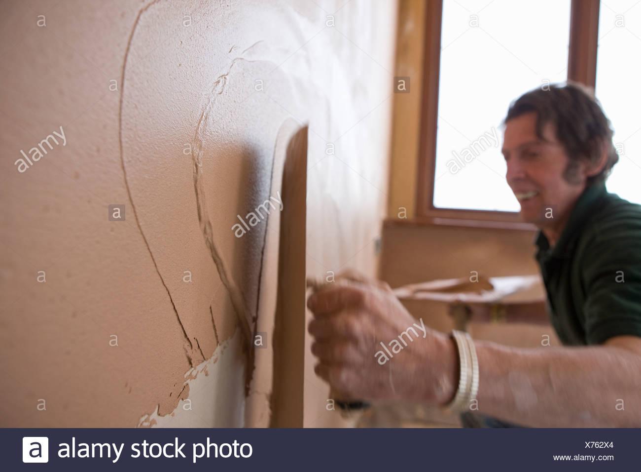 Man Verputzen Wand mit Kelle Stockfoto, Bild: 279802492 - Alamy