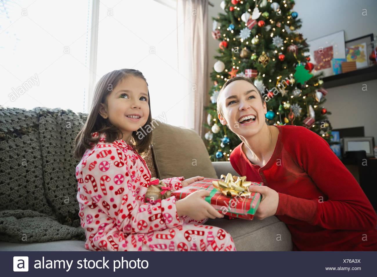 Mutter und Tochter, die Austausch von Weihnachtsgeschenk Stockfoto ...
