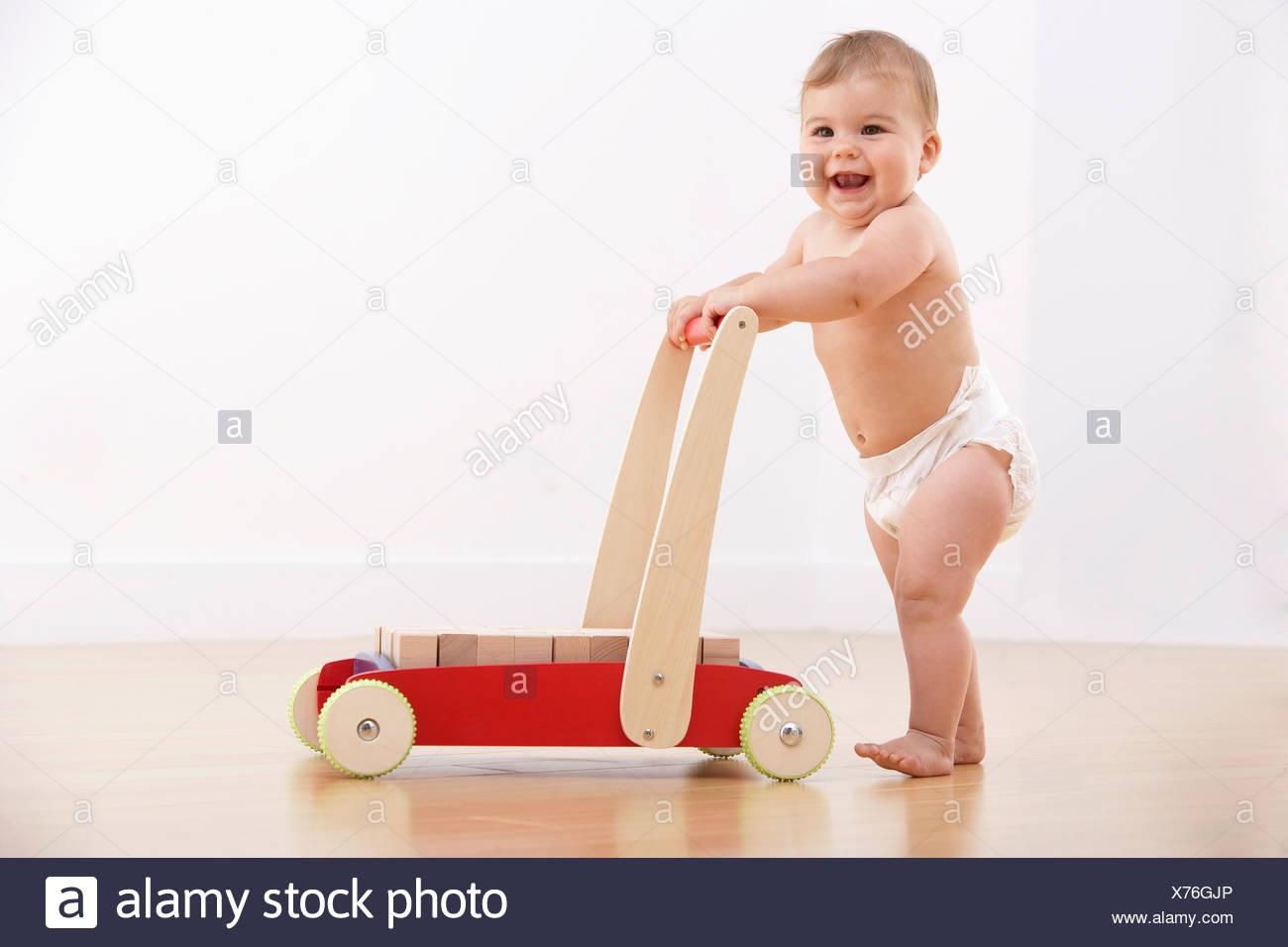 Baby zu Fuß mit Push cart Stockbild