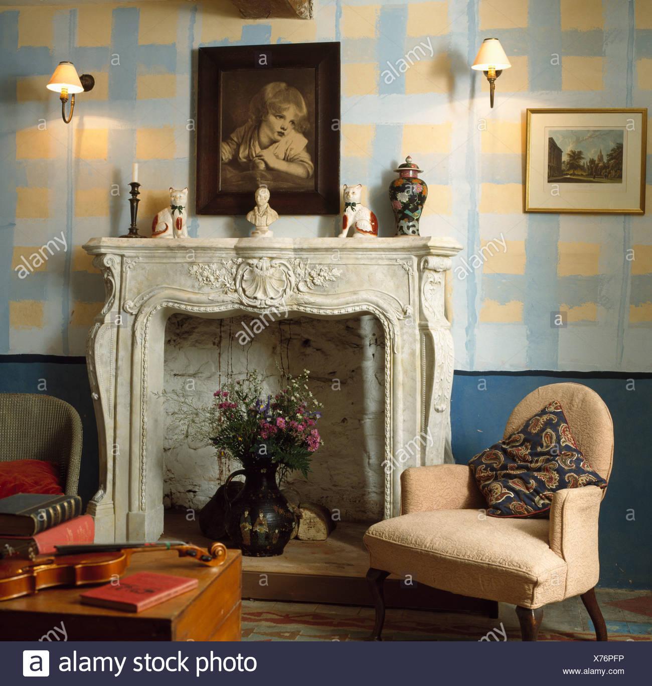 Wirkung Der Farbe Gelb Und Blau Check Wände Im Wohnzimmer Mit Reich  Verzierten Marmorkamin Und Kleinen Cremefarbenen Sessel