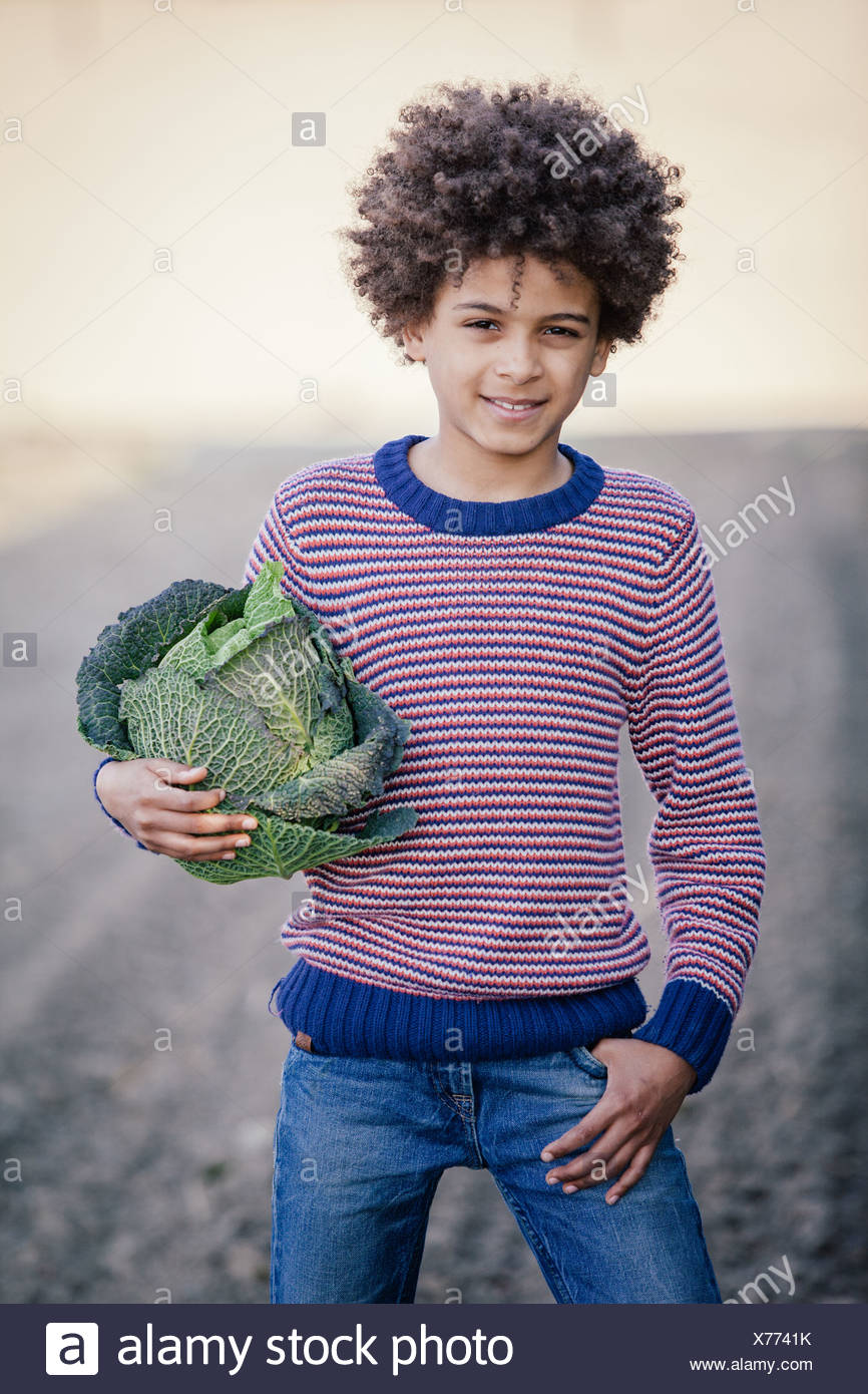 Porträt eines jungen im Feld halten Kohl Stockbild