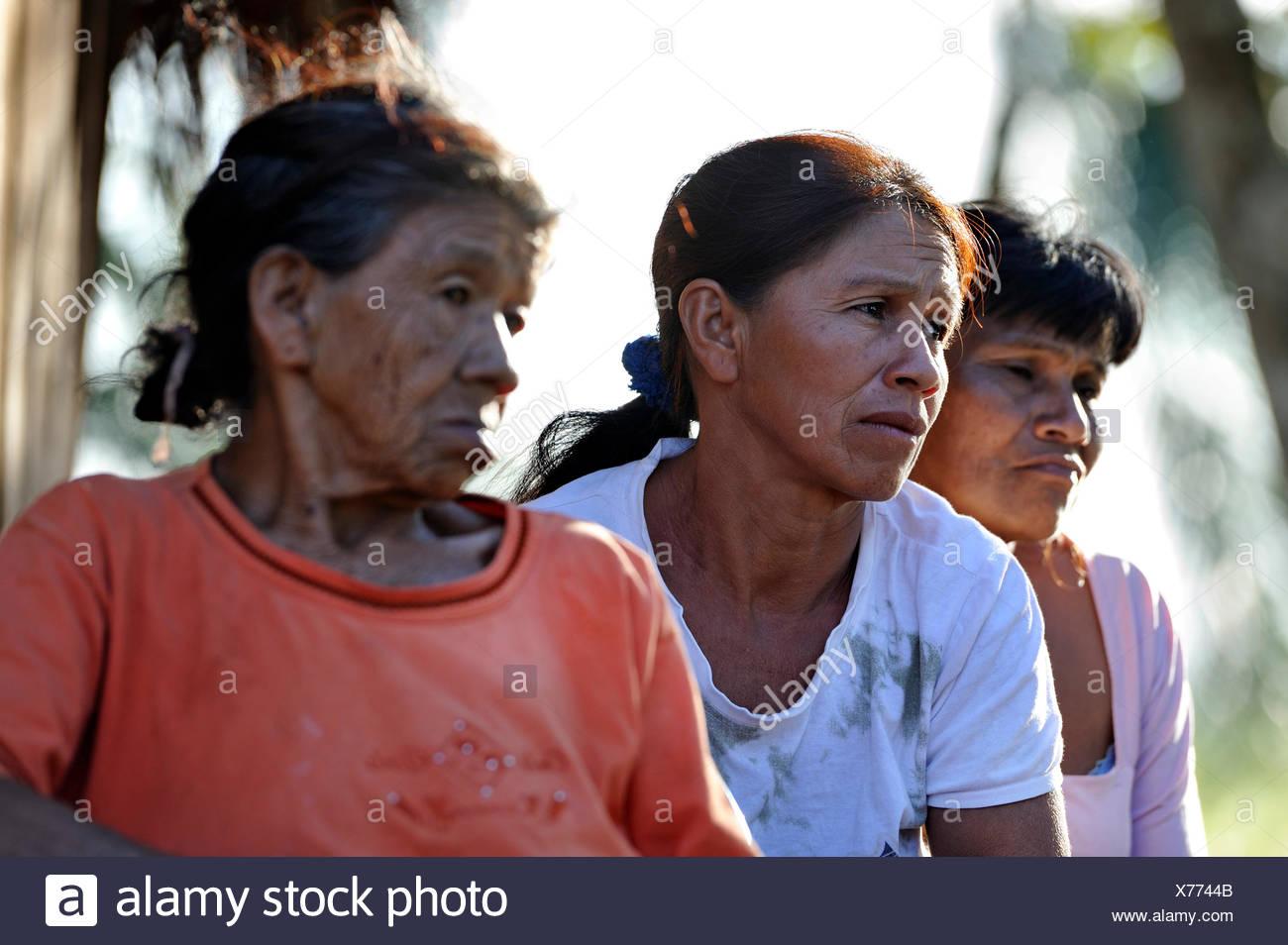 Drei Frauen mit besorgt Mimik, in einer Gemeinschaft von Guarani-Indianer, Jaguary, Caaguazu Abteilung, Paraguay Stockbild