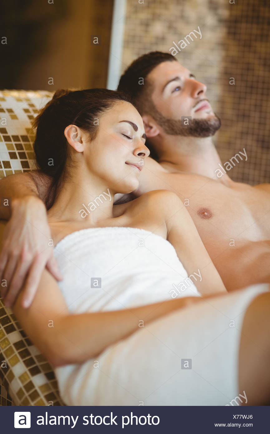 Glückliches Paar zusammen liegend Stockbild