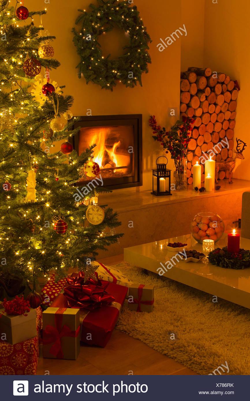 Ambient Kamin Und Kerzen Beleuchtet Wohnzimmer Mit Weihnachtsbaum Und Dekoration Stockfotografie Alamy