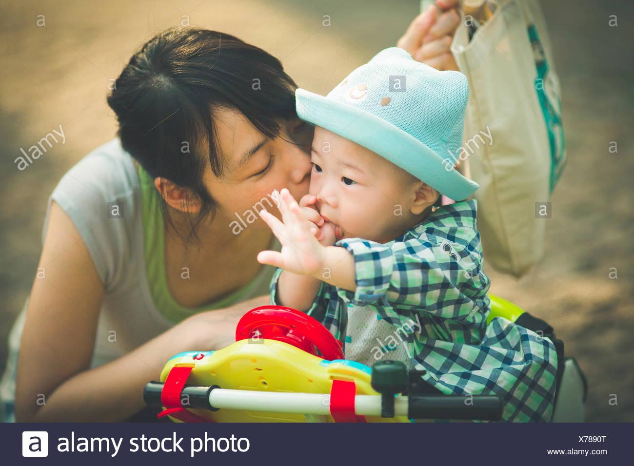 Mutter Sohn küssen (6-11 Monate) Stockbild