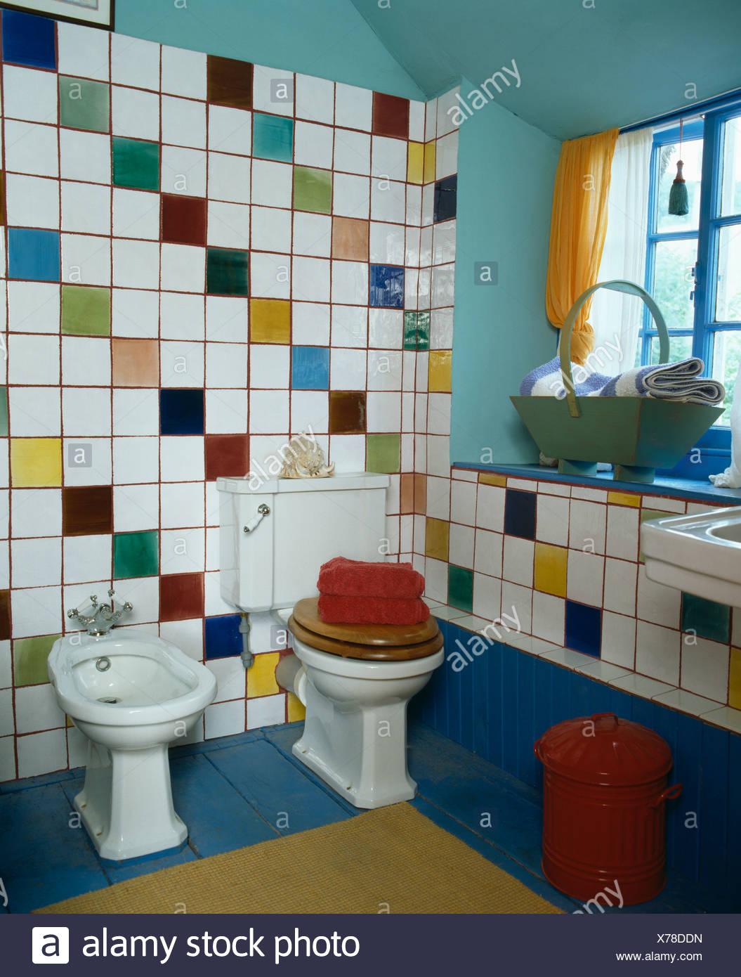 Mehrfarbige Wandfliesen über dem Bidet und Toilette im Badezimmer ...