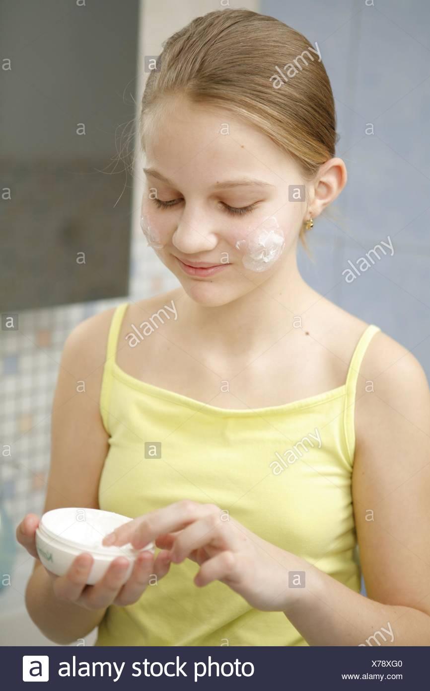Schlecht, Kind, Teenager, näher, Jugendliche, Detail, on, Eincremen, Schoenheit, Beauty, Portrait, 12-14 Jahre, Jung, Kosmeti Stockbild